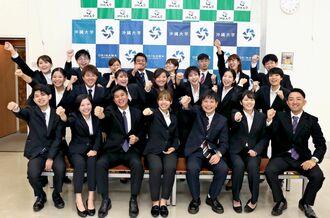 現役で教員候補者選考試験に合格した沖縄大こども文化学科の学生たち=同大提供