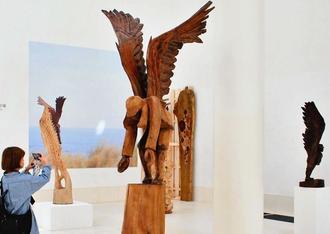 シキ・スフィンさんの作品「翼が古里に導いてくれた」(中央)などが展示されている個展=22日、那覇市の県立博物館・美術館