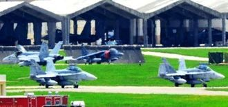嘉手納基地に飛来したFA18=27日午後0時32分、同基地