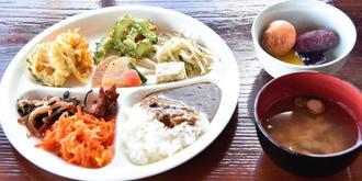 地元の食材にこだわった色とりどりの日替わりバイキング