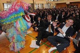 始業式で獅子舞を舞い、生徒と職員の無病息災を祈った=6日午前8時56分、那覇市鏡原町・小禄高校