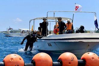 名護市辺野古沖の臨時制限区域内で実施された沖縄県の潜水調査=2015年8月31日