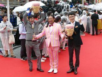 【沖縄国際映画祭 レッドカーペット】お笑いトリオ「ロバート」の(左から)山本博さん、秋山竜次さん、馬場裕之さん=22日、那覇市・国際通り