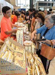 多くの人でにぎわう久米島の物産フェア=11日午前、那覇市久茂地・タイムスビル
