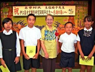 イージマグチで民話を朗読した子どもたちと生塩さん(中央)=18日、伊江村