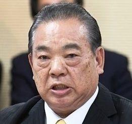 参考人招致で「口利きの依頼は一切ない」と主張する安慶田光男前副知事=20日午後、沖縄県議会