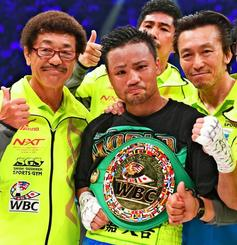 WBCフライ級新王者となり、しまくとぅばで気持ちを表現した比嘉大吾選手(中央)と具志堅用高会長(左)=5月20日、東京・有明コロシアム(日刊スポーツ新聞社提供)
