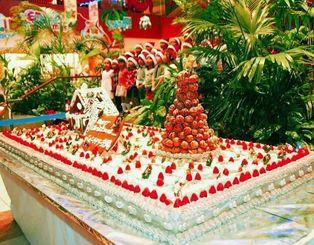 来館者に振る舞われた500人分の巨大クリスマスケーキ=24日、北谷町のザ・ビーチタワー沖縄