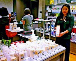 銀座三越でのプロモーションで琉球紅茶を販売する沖縄ティーファクトリーの内田智子さん=27日、銀座三越