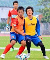 「攻撃の起点」として期待されるMF藤澤典隆(右)=中城村吉の浦運動公園ごさまる陸上競技場