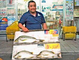 西洲で62・5センチ、2・54キロのタマンを釣ったTNFCの高良英充さん=1日