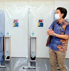唾液を採取するブースに梅干しとレモンの写真を掲示するPCR検査場=3日、那覇空港