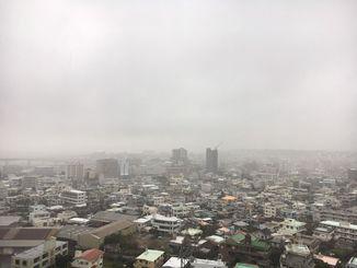 沖縄本島は、曇りや雨の天気で視界が悪い状況が続いている=15日、午前