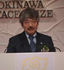 沖縄平和賞の授賞式であいさつする中村医師