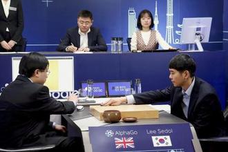 囲碁ソフト「アルファ碁」との最終戦に臨む韓国人プロ棋士(右)=2016年、ソウル(グーグル提供・共同)