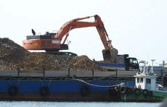 「K9」護岸で台船からダンプカーに土砂を積み替える作業員=28日、名護市辺野古