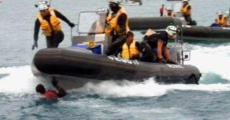 海に飛び込んだ男性(中央)に突っ込んでいく海上保安庁のゴムボート=4日午後2時35分ごろ(森の映画社提供)