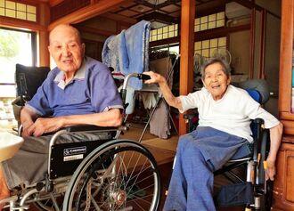 4年ほど前に撮られた嘉陽宗安さん(左)と妻クラさんのツーショット。支え合って生きてきた=那覇市内の宗安さん宅(提供)