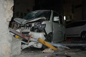安里交番とパーキングを隔てるブロック塀に衝突した軽自動車=18日午前3時半ごろ、那覇市・安里