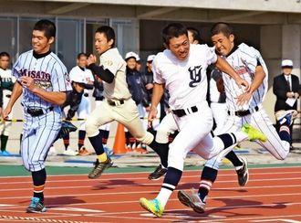 100メートル走で身体能力を競う高校野球部員=読谷村陸上競技場