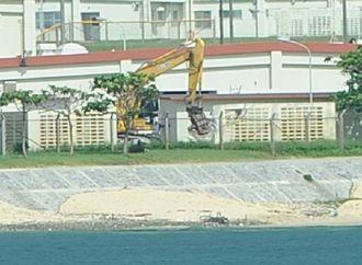 重機による構造物の解体作業が始まったキャンプ・シュワブ=1日午前9時48分、名護市辺野古