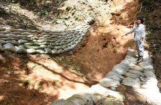 米子城跡で見つかった竪堀=16日、鳥取県米子市