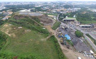 倉敷環境が積み上げたごみ山=2017年08月31日、沖縄市池原(小型無人機から)