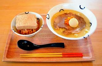田仲そばと島豆めしセット(真味・880円)。真味の田仲そばはチャーシューにかまぼこ、にんじんナムルが添えられる