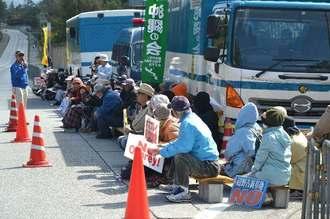 新基地建設に反対して座り込む市民ら=15日、名護市辺野古のキャンプ・シュワブゲート前