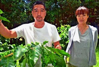 高品質のコーヒー豆として日本で初めて「スペシャルティコーヒー」に認定されたコーヒー農家の徳田泰二郎さん(左)と優子さん夫婦=7月27日、国頭村安田