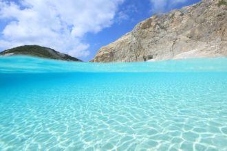 ハナリ島(2013年8月撮影)阿波連ビーチ目の前の無人島です。特別保護区になるエリアです。