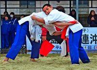 沖縄角力 2校が白熱/久米島で中体連大会