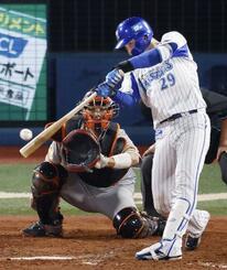 3回DeNA2死二、三塁、伊藤光が右中間に勝ち越しの2点三塁打を放つ。捕手大城=横浜