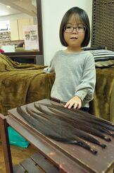 長浜妃桜等ちゃんとヘアドネーションになった髪=27日、那覇市国場の美容室「quaint」