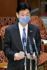 参院議運委で新型コロナウイルス特措法に基づく緊急事態宣言の全面解除に関する報告をする西村経済再生相=25日午後