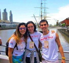 ニーセーターツアーに参加した(左から)ナオミ・フォルタさん、カレン・ホークさん、ネスター・フォルタさん=アルゼンチン・ブエノスアイレス市