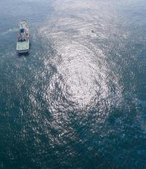 千葉県・犬吠埼沖で貨物船同士が衝突し、千勝丸が沈没した現場海域を捜索する海上保安庁の巡視船=26日(共同通信社ヘリから)