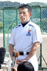 選手への指導再開を前に、取材に応じる星稜の林和成監督=5日、金沢市