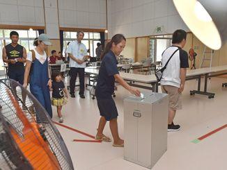 台風で停電し、自家発電機を使って開設された投票所=9月30日午前10時半すぎ、南風原町・津嘉山地域振興資料館