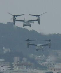 普天間飛行場を離陸するオスプレイ=4月、沖縄県宜野湾市