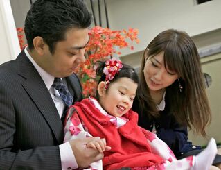 両親に囲まれて笑顔を見せる森川陽茉莉ちゃん=2018年11月15日(「ひまりちゃんを救う会」提供)