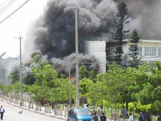 CH53大型輸送ヘリが墜落し、黒煙に包まれる沖縄国際大学=2004年8月13日午後2時半ごろ