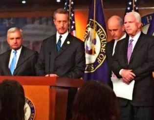 ワシントン市内の米議会内で29日、米国防権限法案の最終案について発表する(左から)上院軍事委員会のリード筆頭理事、下院軍事委員会のソーンベリー委員長、スミス筆頭理事、マケイン上院軍事委員長