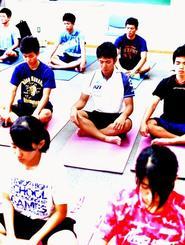 トレーニングでヨーガ療法の呼吸法や瞑想を取り入れている八重山高校陸上競技部の部員=石垣市・同高校(安達暁美さん提供)