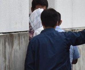 うるま署に移送された容疑者=19日午後、うるま市大田