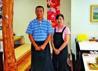 「家庭の味」をコンセプトに夫婦で食堂「食楽屋おはな」を営む仲宗根盛善さん(左)と妻の栄子さん=6日、沖縄市室川