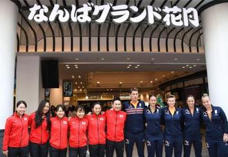 フェド杯WG2部入れ替え戦を前に、記念撮影する日本とオランダの選手ら=19日、大阪・なんばグランド花月