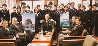 観光PR用ポスターなどを作製した伊平屋中の生徒や関係者ら=伊平屋村役場