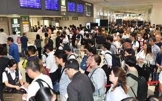 手荷物検査が厳格化され、保安検査場に長蛇の列ができた=19日午後2時55分、那覇空港(田嶋正雄撮影)