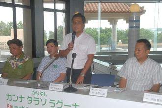 旧かんなタラソ沖縄をリニューアルし、「かりゆし カンナ タラソ ラグーナ」としてオープンすると発表したかりゆしの當山智士社長(左から3人目)ら=18日、宜野座村漢那